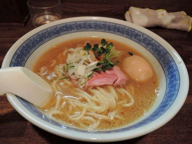 魚介豚骨系拉麵(700日圓)加上味玉(100日圓)