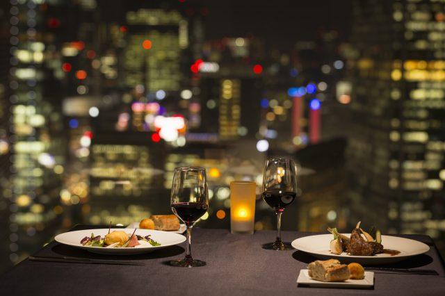 眺望霓虹閃爍的東京全景,享受浪漫的晚餐時光