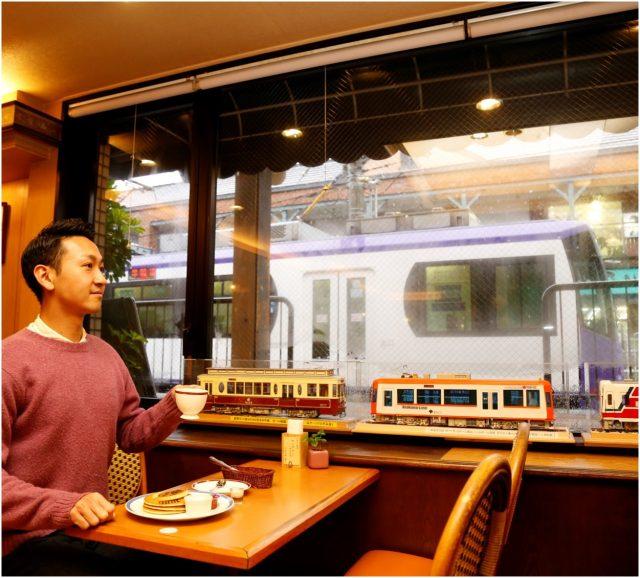 能透過窗戶看到火車進站和停靠的樣子