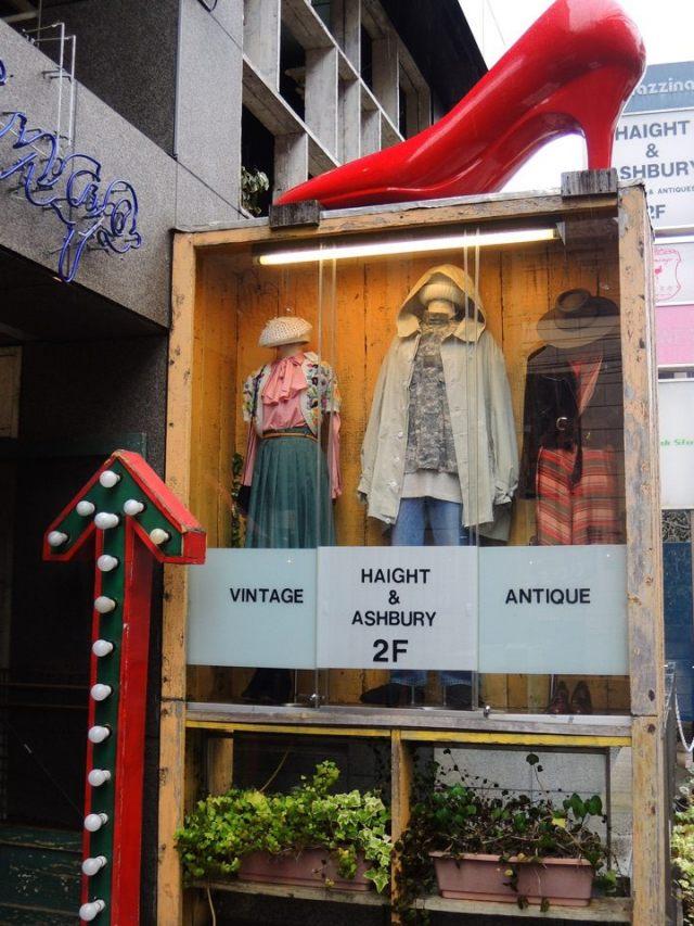 店鋪入口以紅色高跟鞋為標誌