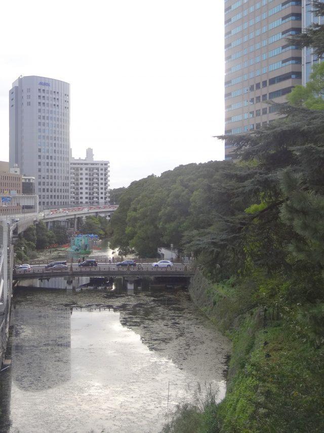 與街區相鄰的弁慶橋
