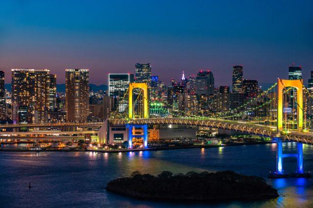 圣诞节前夜的彩虹大桥