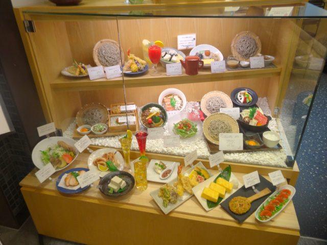 陳列在櫥窗內的食品模型菜單