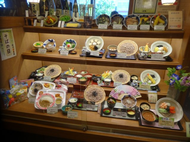 陈列在橱窗内的餐点模型