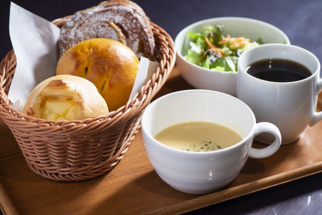 A set menu consisting of soup, a drink, and three pieces of bread.