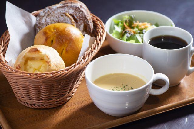 套餐包括3種麵包+湯品+飲料