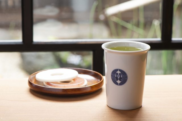 The ceramic cups can be taken home. The cakes and snacks include monaka wafer cakes and dorayaki red bean pancakes