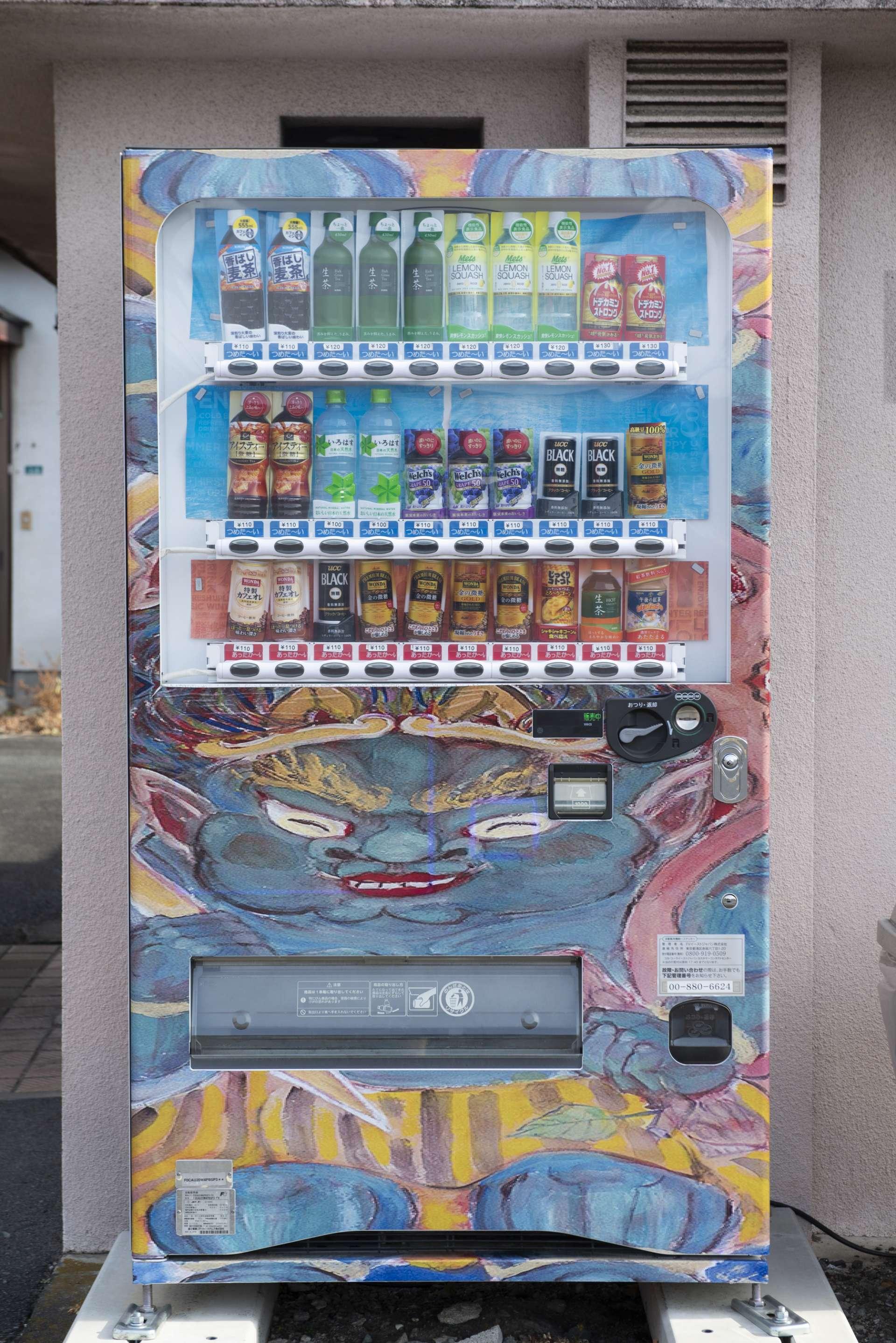 神社境内的自动贩卖机也是雷神式样!