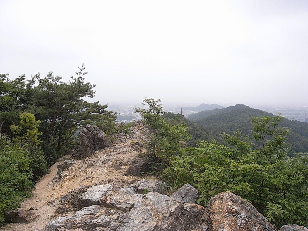 登上陡峭的山路,從兩崖山頂上眺望的景色格外動人。