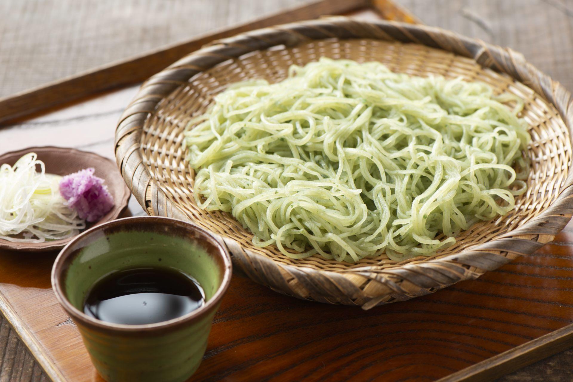 期间限定的时令荞麦面,包含艾草、大叶和樱花虾。