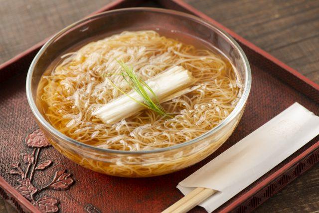 極細蕎麥麵搭配冷湯和新鮮山藥的冷湯山藥蕎麥麵。