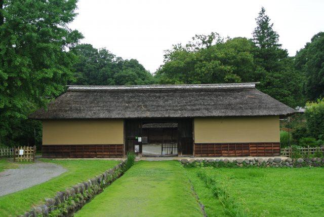 彦部家宅邸的玄關長屋門,據說是江戶時代中期的建築風格。
