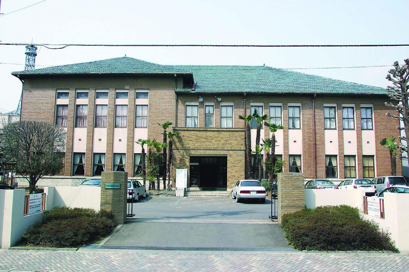 建筑物的外观是炼瓦外墙,屋顶使用青绿色的瓦片。