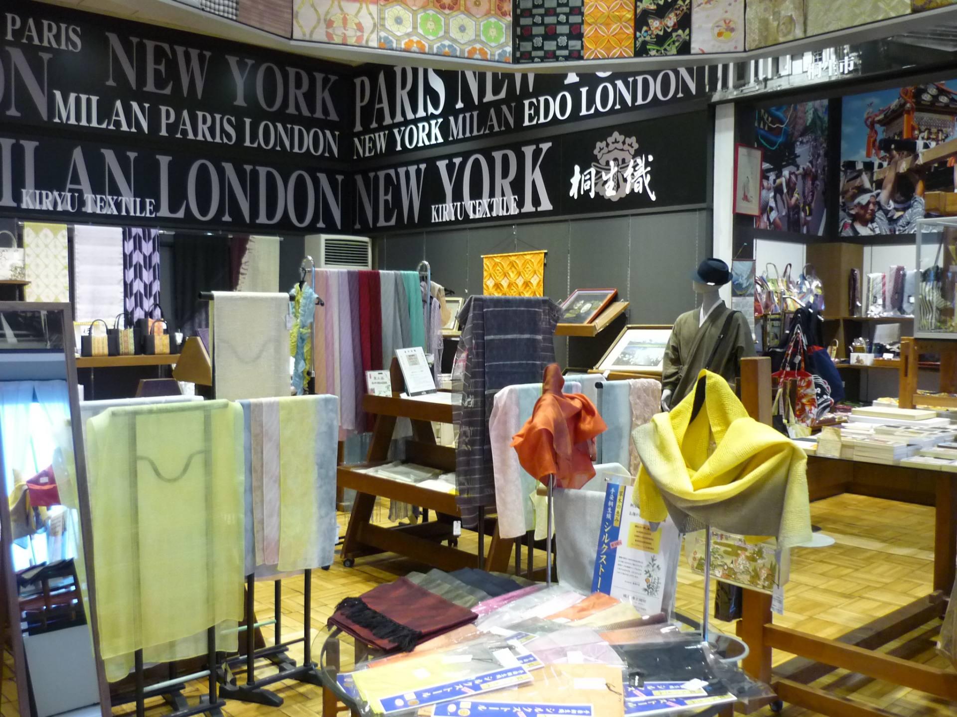贩售桐生织领带和围巾,还会举办各种特别展出活动。