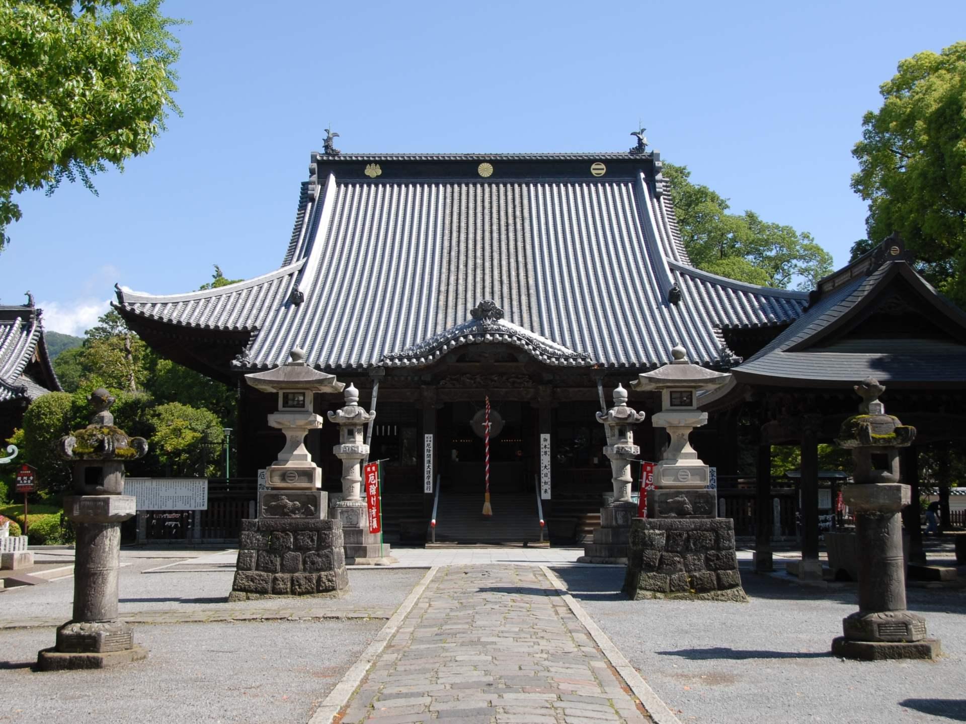 建造於鎌倉時代(1185年〜1333年)的本堂於2013年被指定為日本國寶。