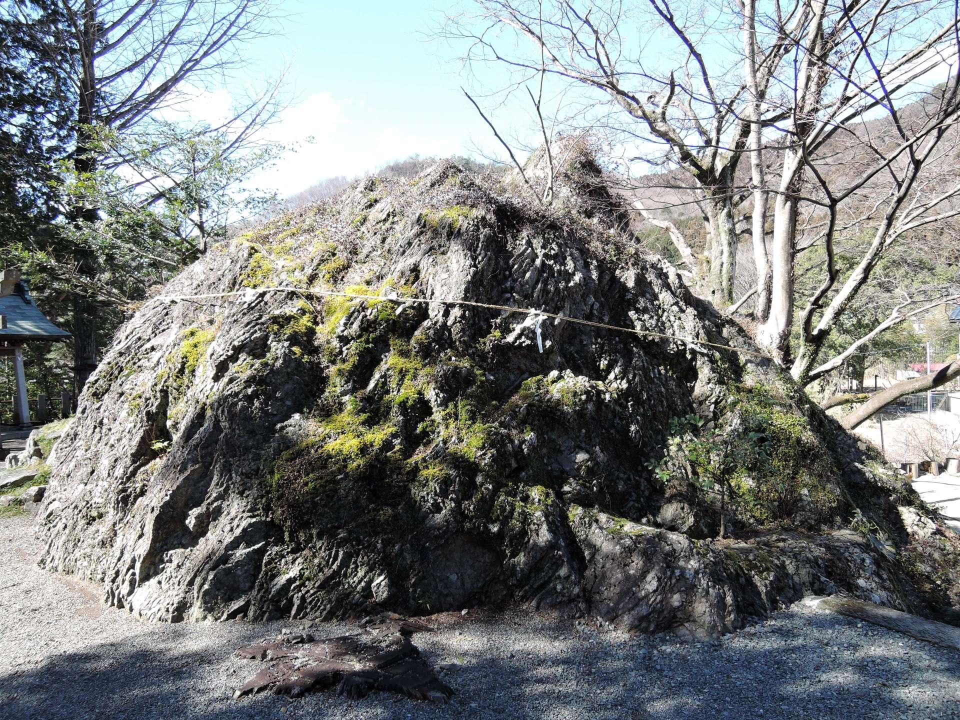 神社供奉的御神石,传说是从天而降的巨岩。