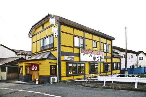 ตัวร้านภายนอกทาสีเหลืองมัสตาร์ดโดดเด่นสะดุดตา!