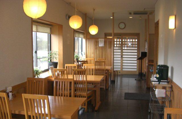 氣氛明亮的店內,除餐桌之外還設有榻榻米座席。
