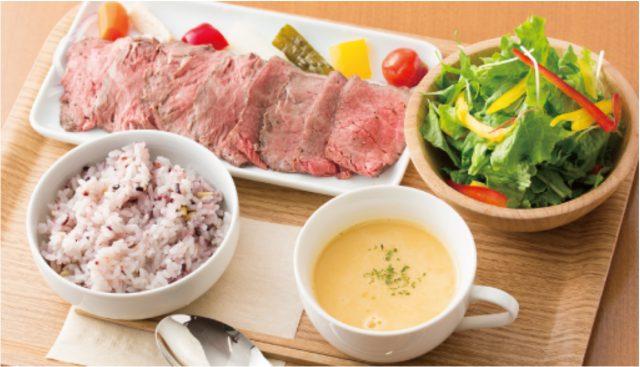 使用足利牛肉的午餐,和農場直送的蔬菜沙拉相當的搭。