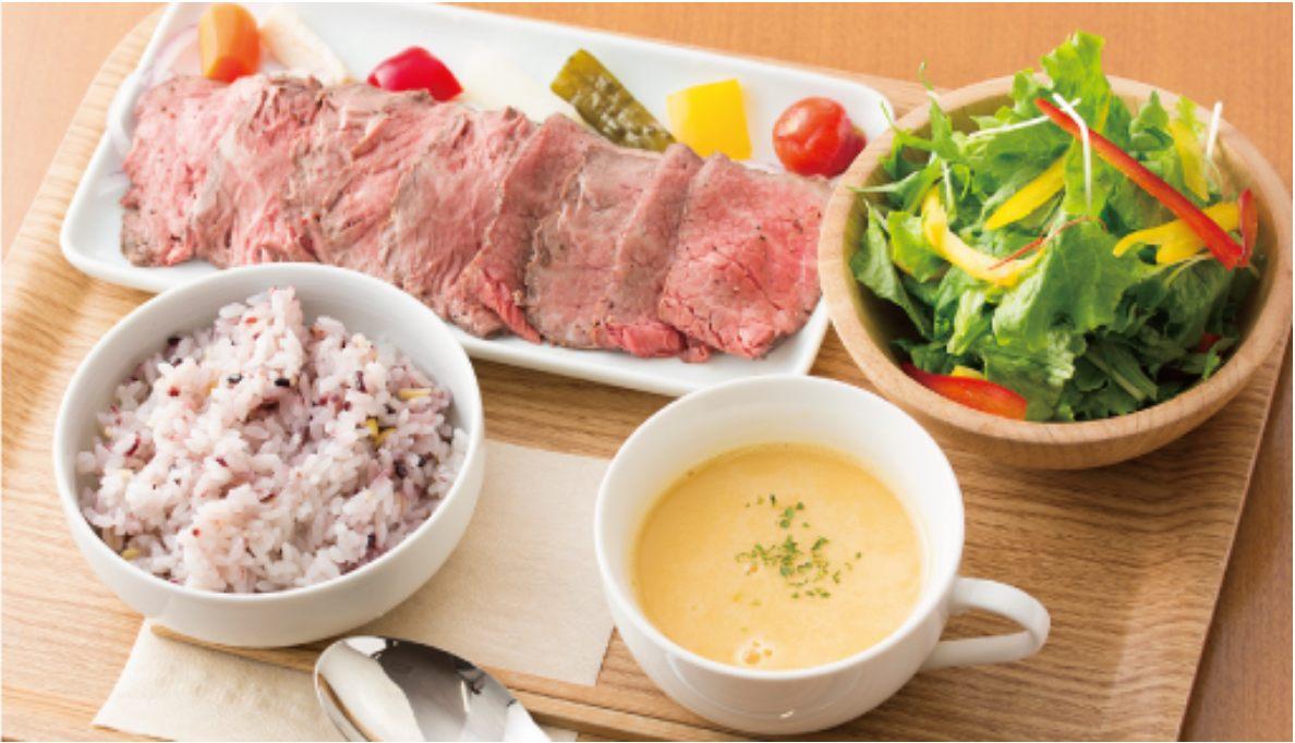 เมนูอาหารกลางวันที่ใช้เนื้อวัว Ashikaga สลัดก็อร่อยไม่แพ้กัน