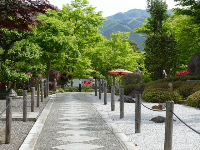 The path to the main temple featuring the refreshing scenery of the mountains.