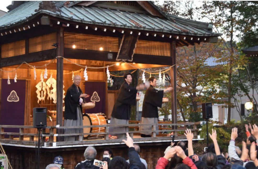 祭典期间举办撒福豆、白泷神乐、歌谣和魔术表演等各种节目,热闹非凡。