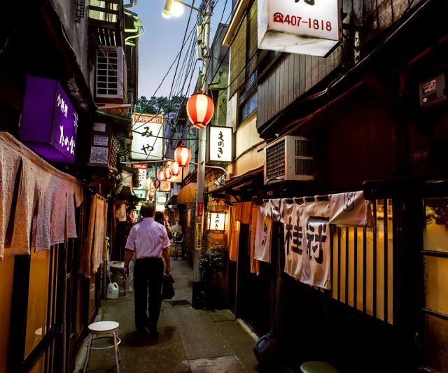 林立着一间间小店的狭窄巷弄,有着令人流连往返的独特气息
