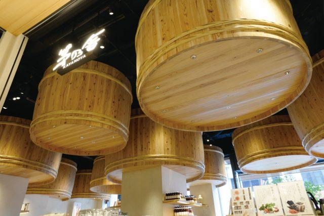 把醬油桶裝飾於天花板上的設計,出自活躍於世界舞台的隅研吾之手