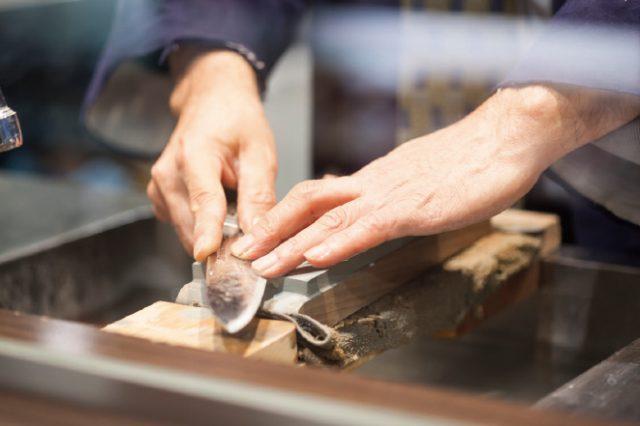店家除了販售各種刀具,還會在店裡仔細地為客人指導刀具的保養方法。