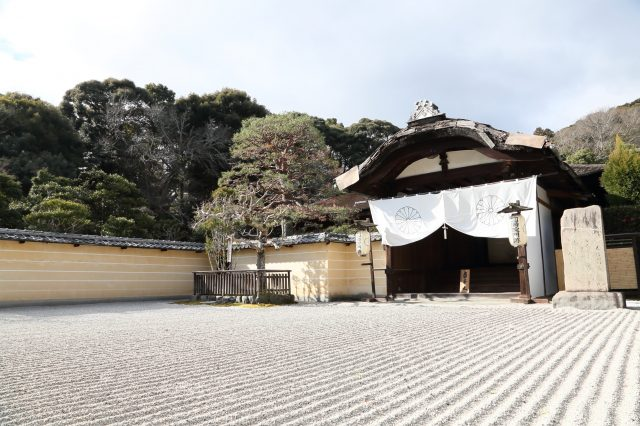 White sand is spread out in front of the large entrance to the Shinden hall, and a boundary made from green bamboo is set up nearby.