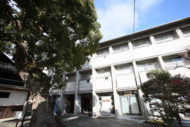 """The accommodation facility for visitors on the grounds called """"Sanmitsuden"""" is a convenient base for sightseeing that is also close to Kyoto and Lake Biwa."""
