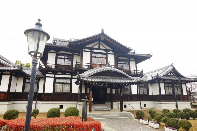 The Imai Streetscape Cultural Exchange Center built in 1903 has a characteristic construction that blends Japanese and Western styles that can be felt in every single detail from the ceiling to the windows.
