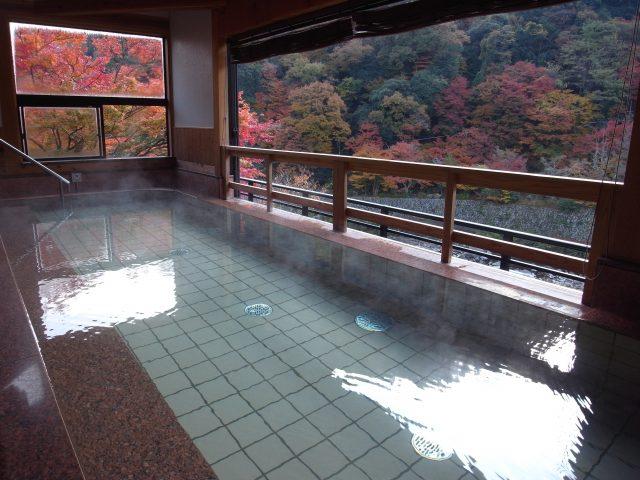 The plain wood design of the indoor bath creates a fresh atmosphere.