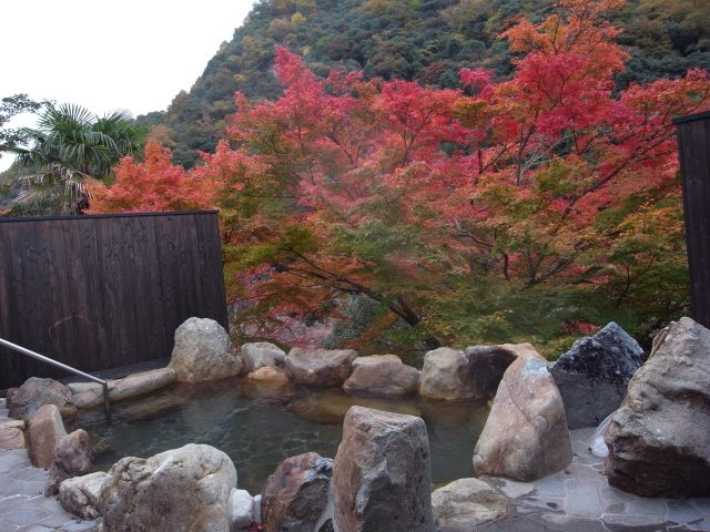 The open air bath has a pleasant atmosphere where you can hear the babbling sound of the river.