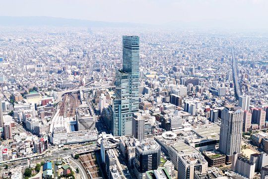 Due to the low altitude, you can see the 300m skyscraper Abeno Harukas up close. It gives you a special yet strange feeling.