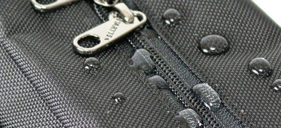 采用防泼水尼龙材质和YKK制造的防水拉链